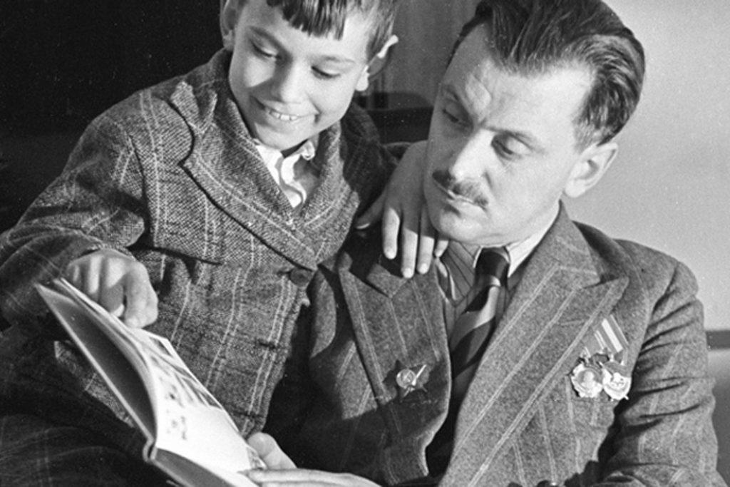 Сергей Владимирович Михалков читает детскую книгу (Sergey Michalkov)